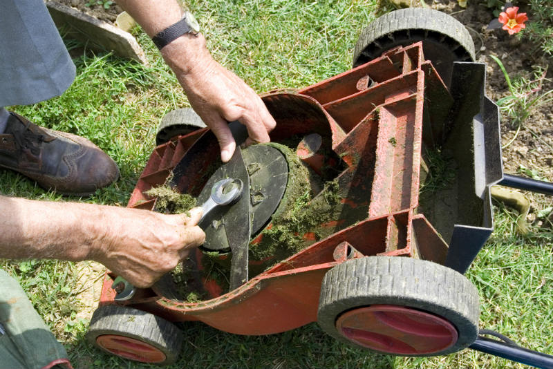 Regularly Balancing the Blade of lawn mower