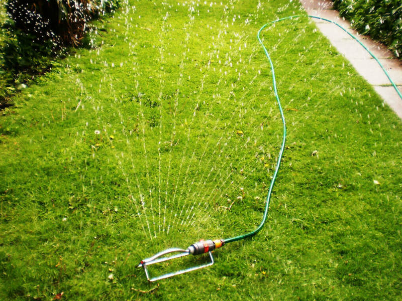 Advantages of Using an Oscillating Sprinkler